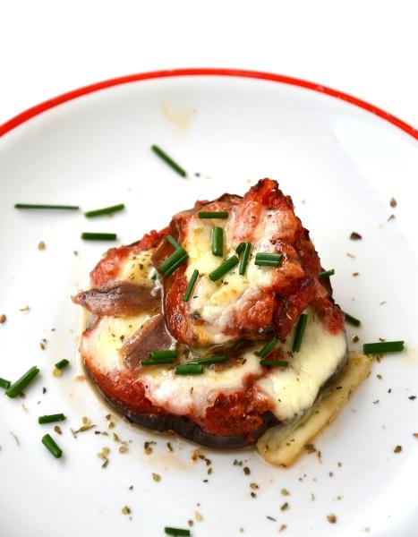 melanzane al forno con pomodoro fresco, capperi, filetti acciuga e mozzarella