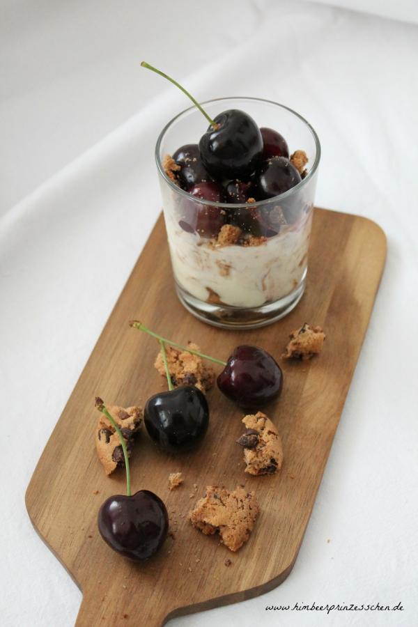 Kirschen Pudding Schmand Dessert Himbeerprinzesschen Holzbrett Glas Kekse