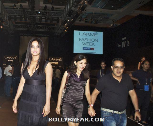 , Kareena, Karan Johar, Neha Dhupia At Fashion Week! - 2012