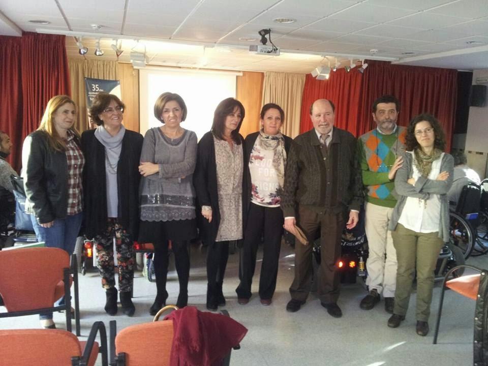 Representantes políticos junto con miembros del Foro Discapacidad y Sociedad.