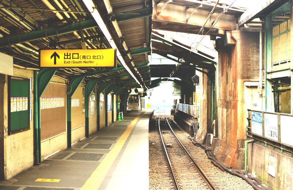 もう人が入れなくなった小田急線下北沢駅のホームの写真