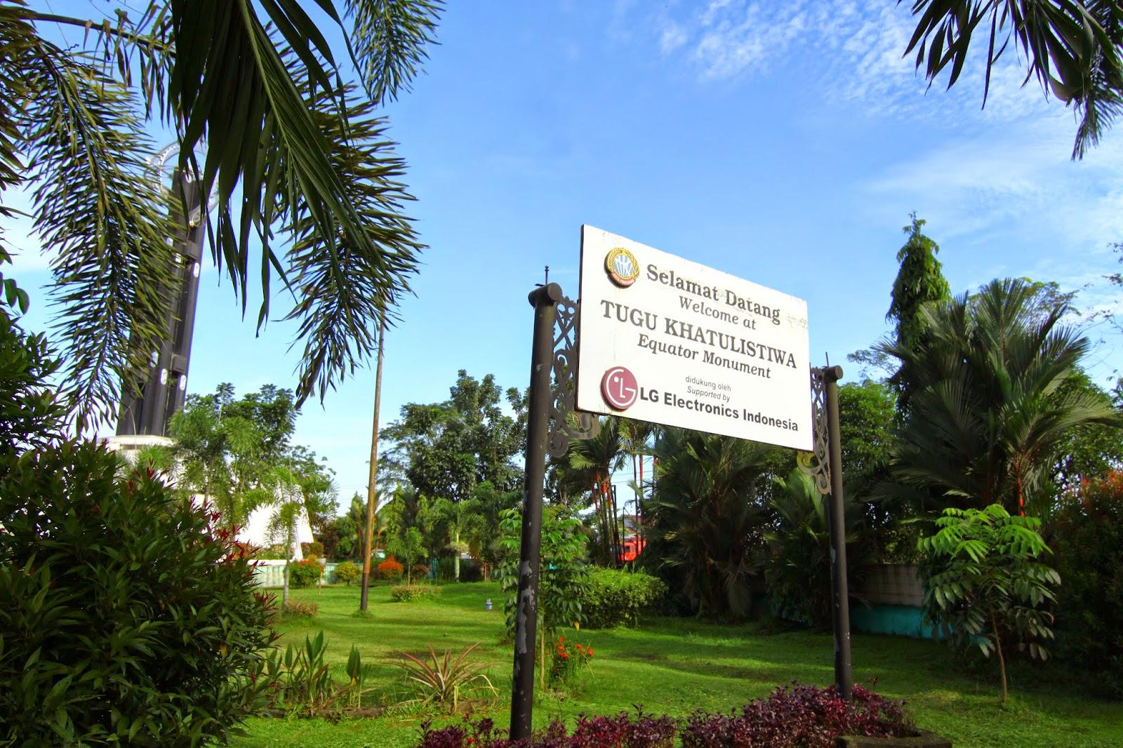 Papan tanda di depan Tugu Khatulistiwa, Pontianak
