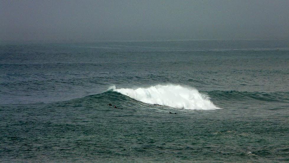 surfista remontando en menakoz