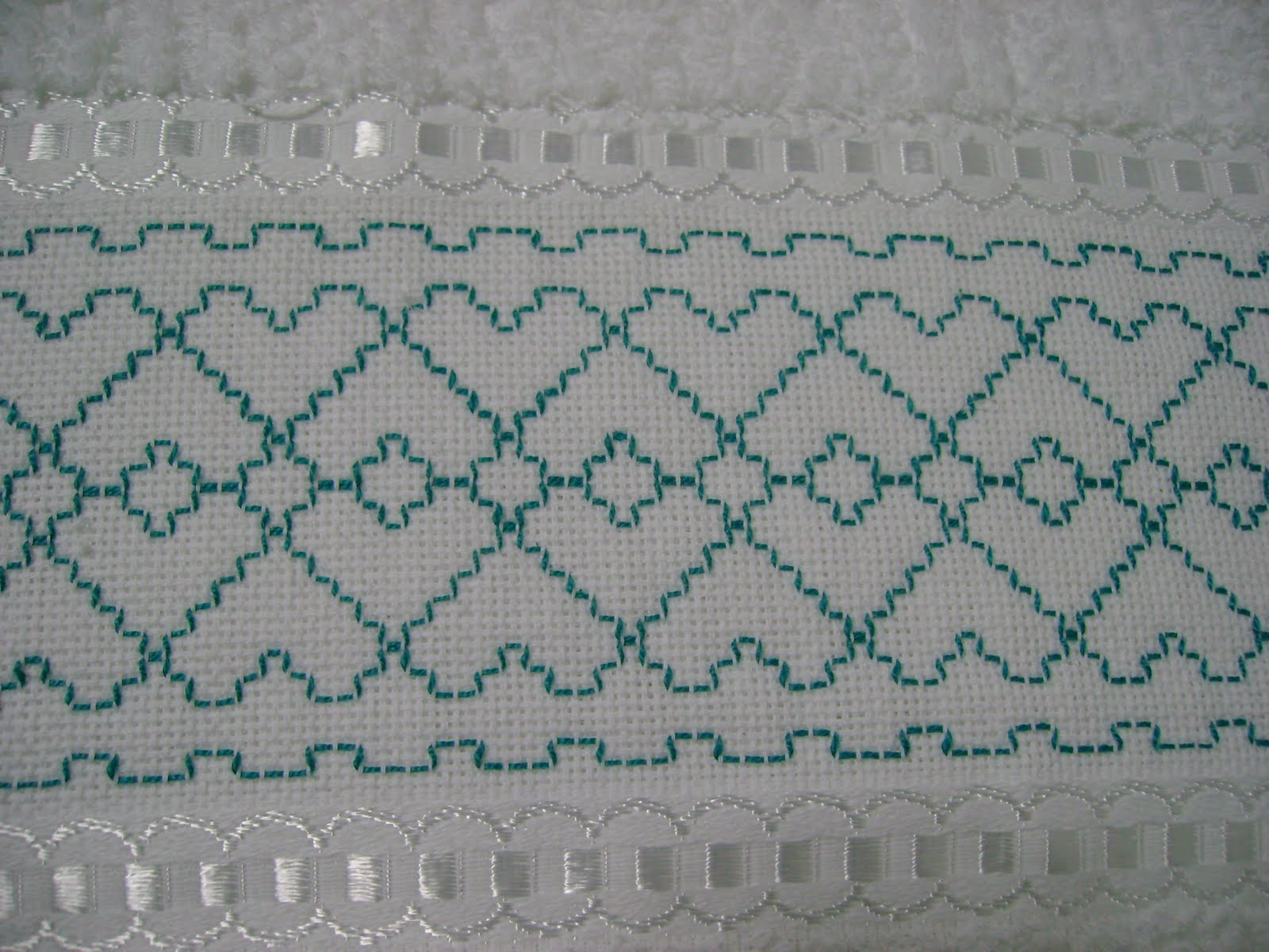 Adma caixinha de surpresa: Toalha de Banho bordadas em ponto vagonite