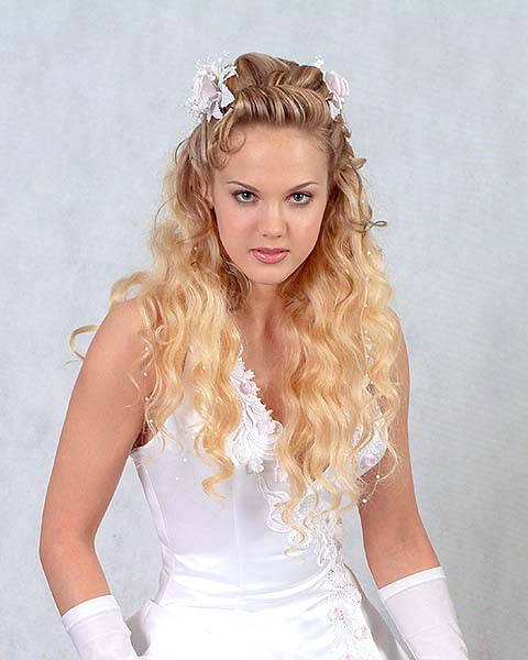 Gorgeous Bride With Long Wavy Hairstyles For Wedding Party