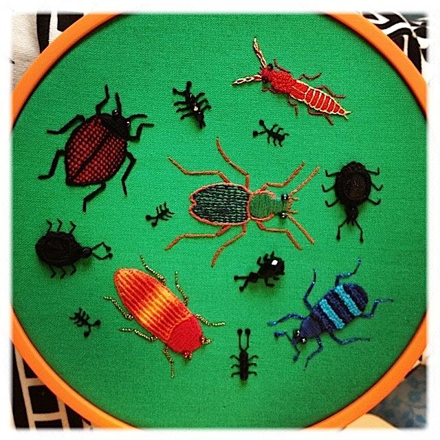 Stumpwork broderi af biller og kryb.