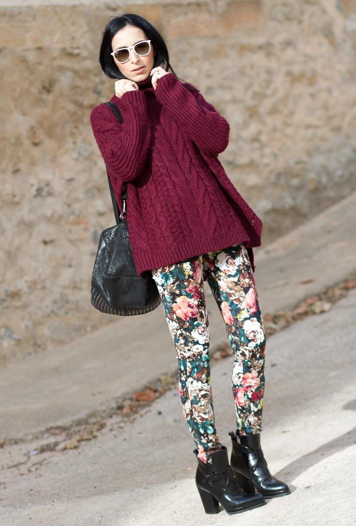 Look Estilismo Jersey Largo asimétrico con pantalones de tejido neopreno con flores estampadas y botines de hebillas y charol de Zara Bloguera de Moda de Valencia WOWS