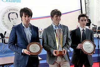 Le podium du Mémorial Tal : Teimour Radjabov (3e), Magnus Carlsen (1er) and Fabiano Caruana (2e) - Photo © ChessBase