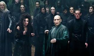 Imagen de Harry Potter 7 de Lord Voldemort rodeado de mortífagos