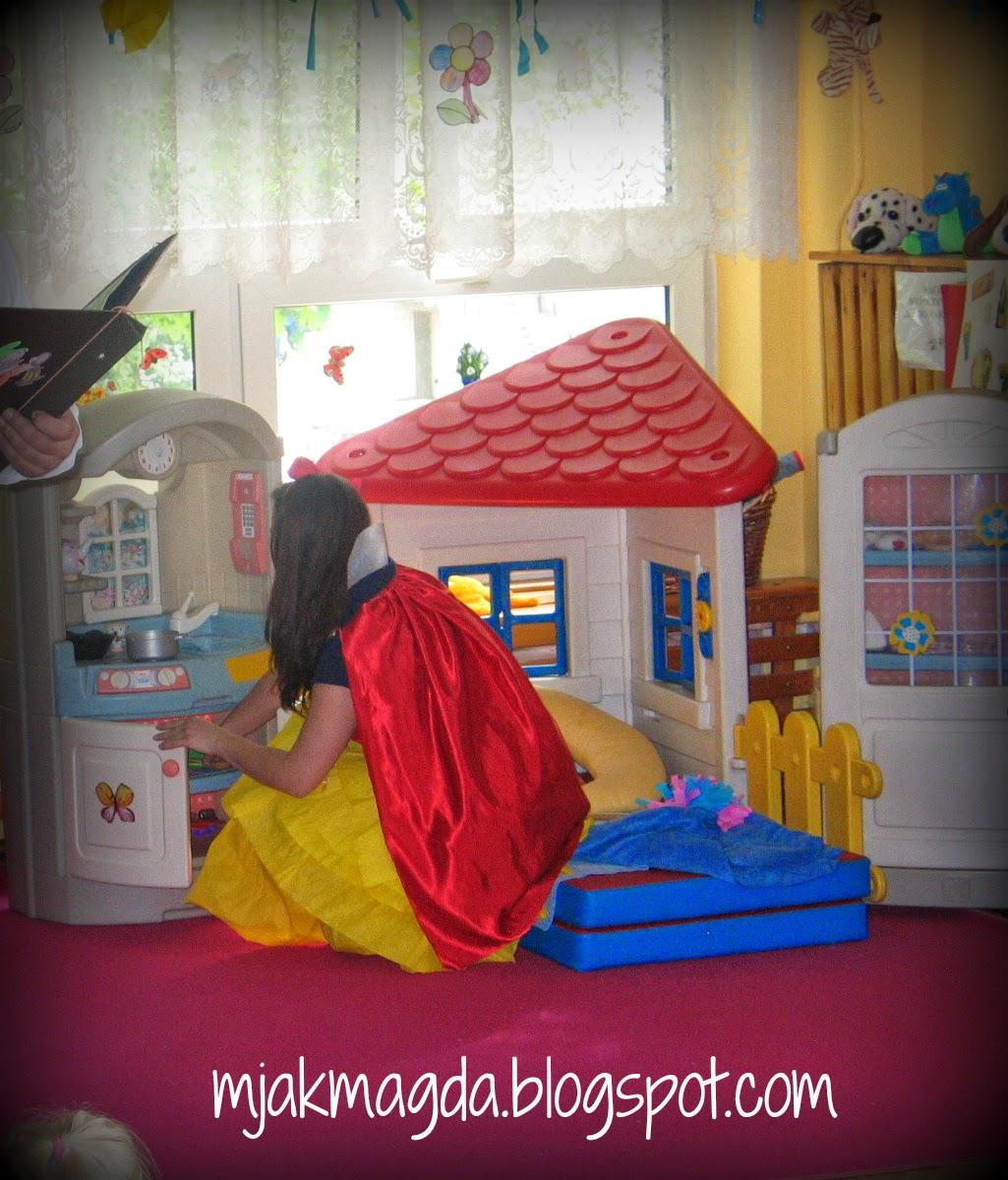 królewna, królowa, śnieżka, bajka, baśń, kraina, baśni, bajka, opowieść, przedstawienie, teatrzyk, krasnale, krasnoludki, strój, przebranie, krepina, DIY, handmade, peleryna, czerwona, opaska, kokarda, spódnica z krepiny, dzieci, dla dzieci, rodzice, princess, queen, Snow White, a fairy tale, fairy tale, the land of fairy tales, fairy tale, story, performance, theater, gnomes, dwarfs, costume, disguise, fringe, DIY, handmade, cape, red, band, bow, skirt with crepe paper, children, for children, parents,
