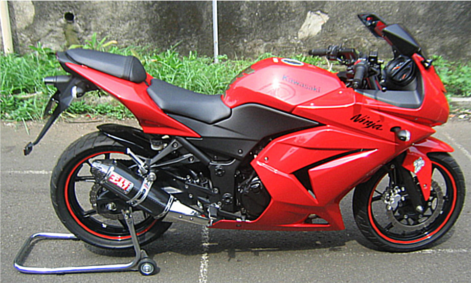 Ninja 250R dengan knalpot Yoshimura versi karbon title=