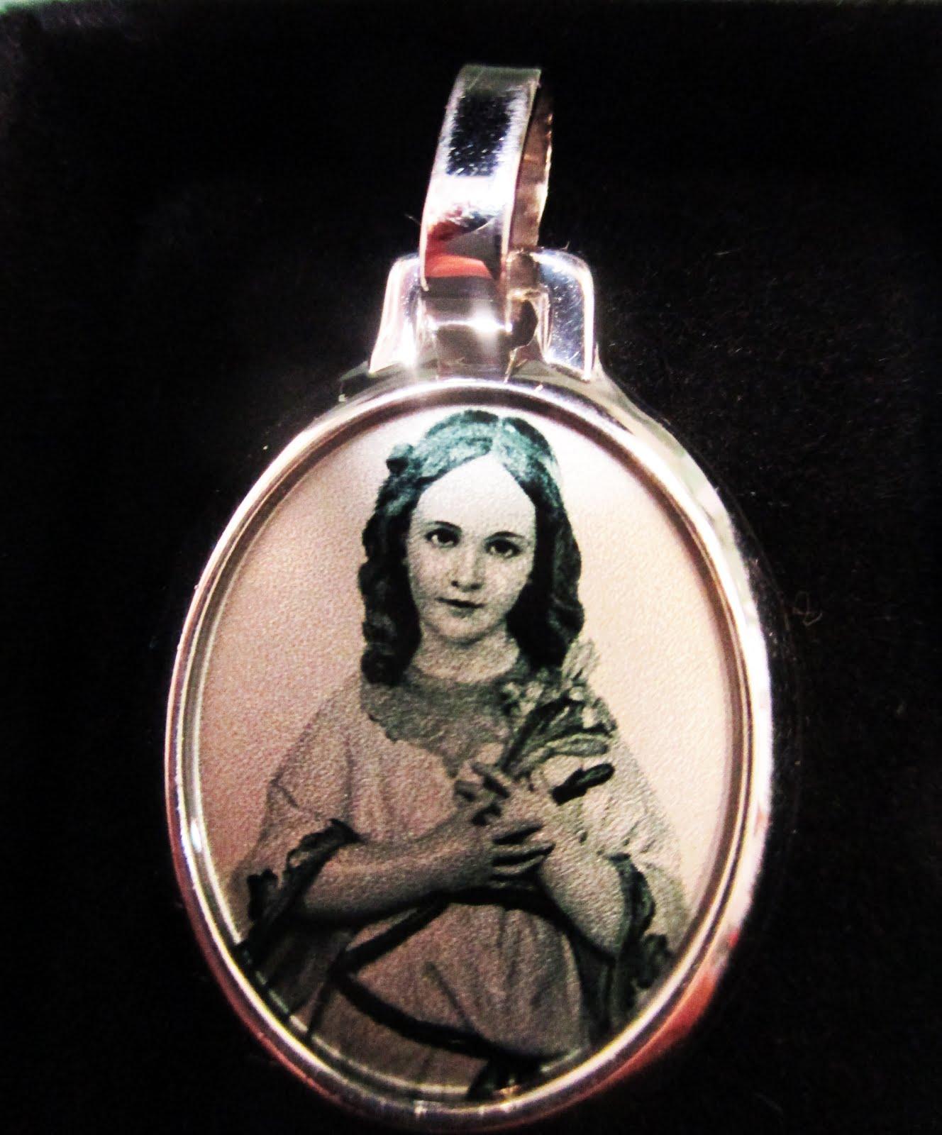 Medalla de la Virgen Niña en plata rodinada