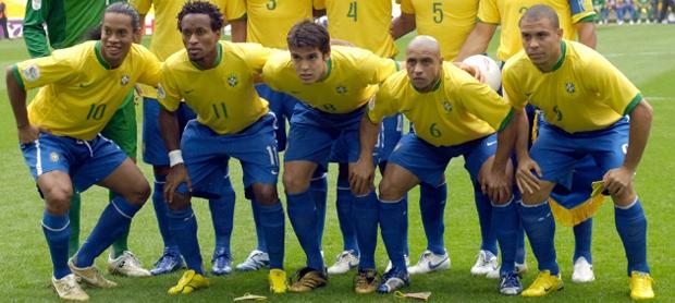 Foto da seleção de 2006. Ronaldinho, Zé Roberto e Kaká
