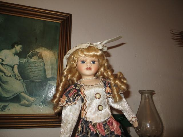 Boneca de Porcelana para criança em cima de guarda fato. Foto macro