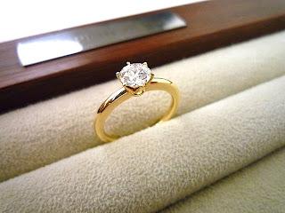 イエローゴールドが素敵な婚約指輪の横姿が美しい。