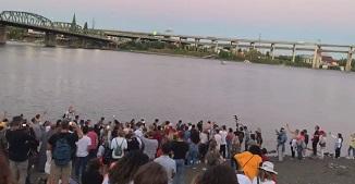 VIDEO: Închinare, predicarea Evangheliei şi botez în aer liber la Portland