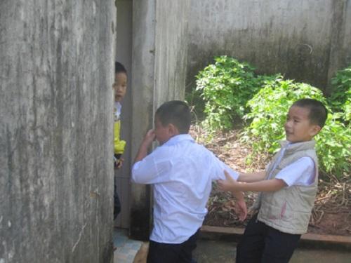 Gia Lai: Phụ huynh bức xúc với nhà vệ sinh trường chuẩn quốc gia