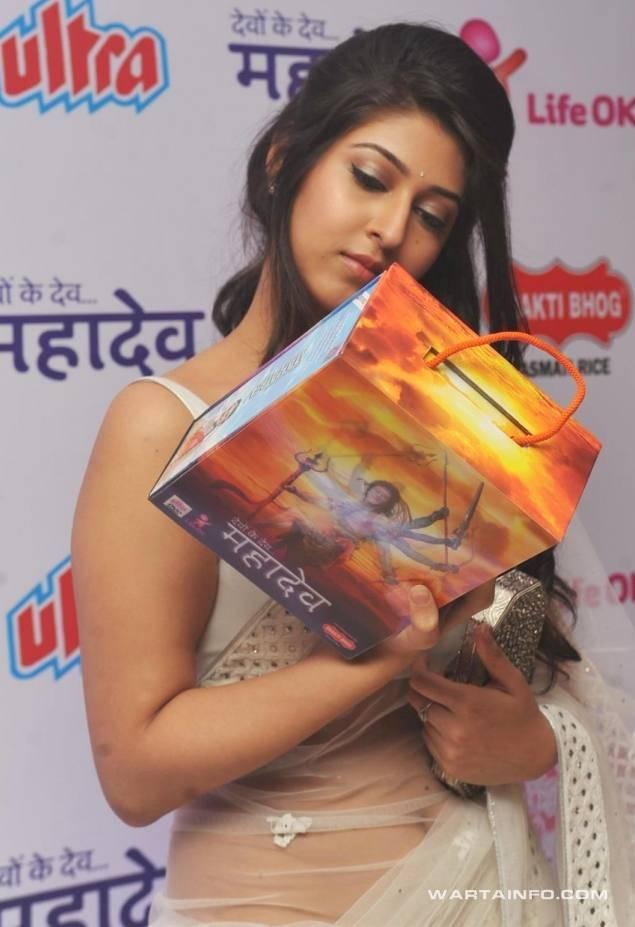 Photo hot seksi Sonarika Bhadoria Dewi Parwati pakai kain sari india kelihatan pusar