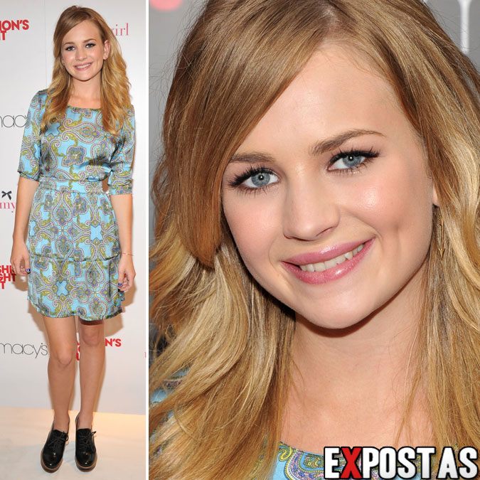 Britt Robertson: Tommy Hilfiger event at Fashion's Night Out in New York - 06 de Setembro de 2012