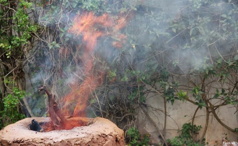 Flamme au-dessus d'un four à méchoui