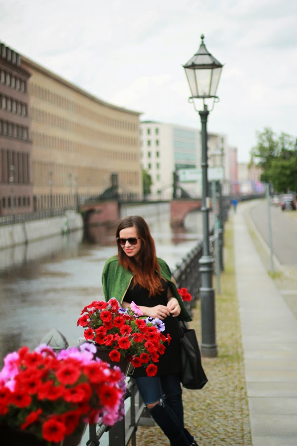 ripped jeans, green biker jacket, black strap sandals, casual black t-shirt, fashion blogger, Zara, H&M, inspiration, style, Berlin