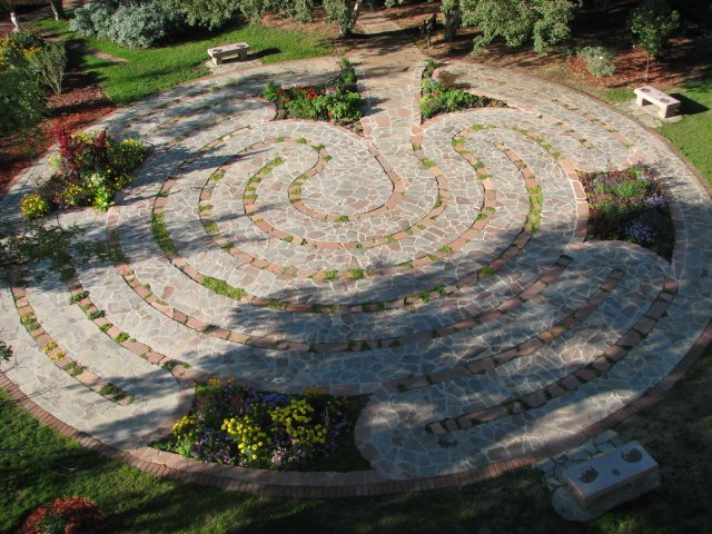 Labyrinths idea for your circular garden for Garden labyrinth designs