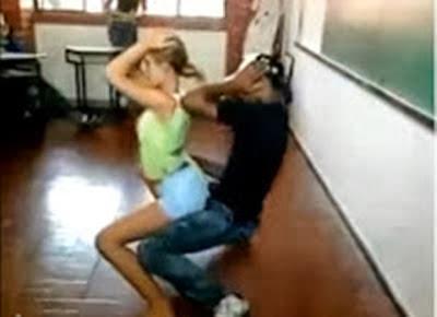 image Safada argentina na sala de aula mostrando seios 03