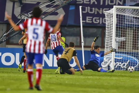 Atlético Madrid player Diego Costa scores a goal past Austria Vienna goalkeeper Heinz Lindner