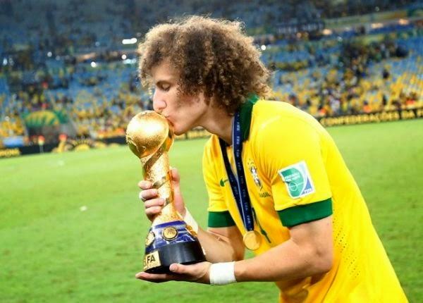 David Luiz con la copa confederaciones