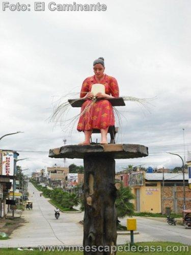 Estatua de una tejedora de sombreros en Rioja (Perú, Altomayo)