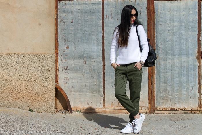 Blogger con look estilo deportivo casual comodo