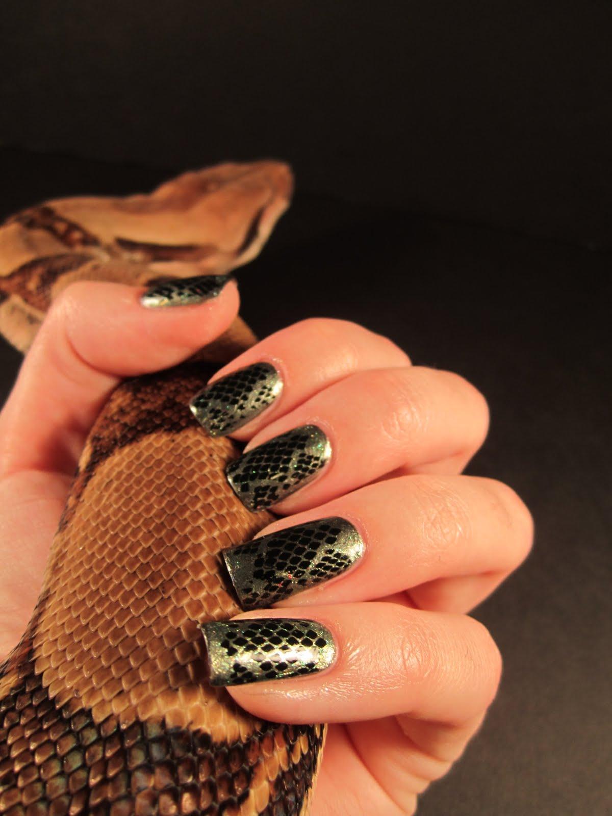 Эффект змеи на ногтях фото