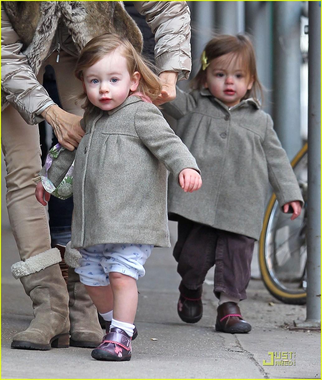 http://3.bp.blogspot.com/-JH154ooFkdw/TZAI5uHTNyI/AAAAAAAAJF0/FsnUFreNnW4/s1600/ksarah-jessica-parker-birthday-stroll-twins-08.jpg