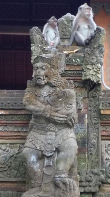 Escultura en el Monkey Forest de Ubud