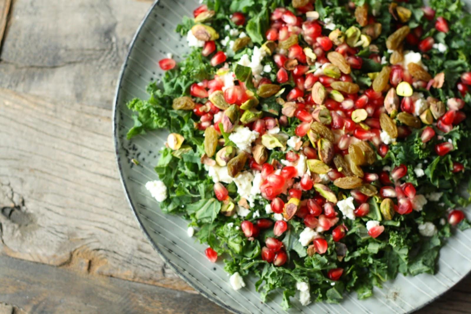 salat med grønkål og granatæble