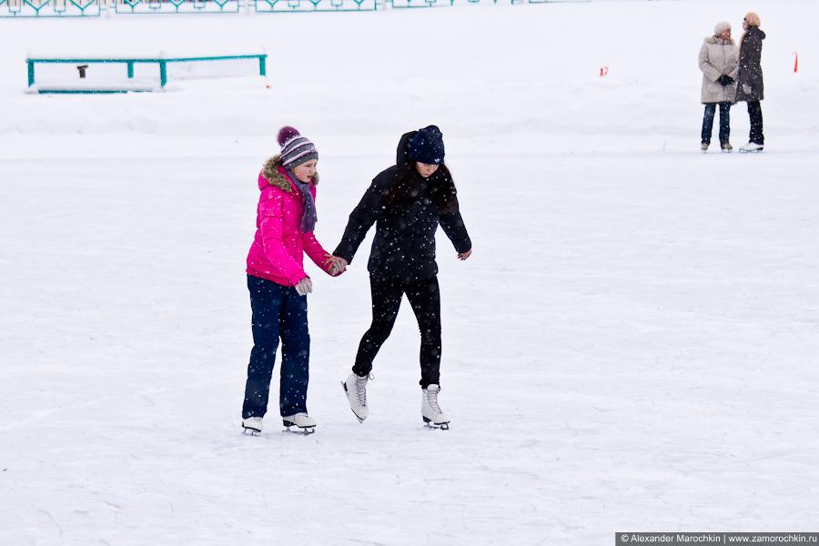 Девчёнки катаются на коньках