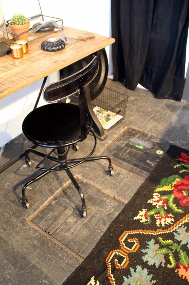 Bodilson Schreibtisch Holz Stuhl schwarz Industrielook auf der Messe in Amsterdam