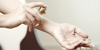Stop Kebiasaan Menggosok Parfum di Pergelangan Tangan