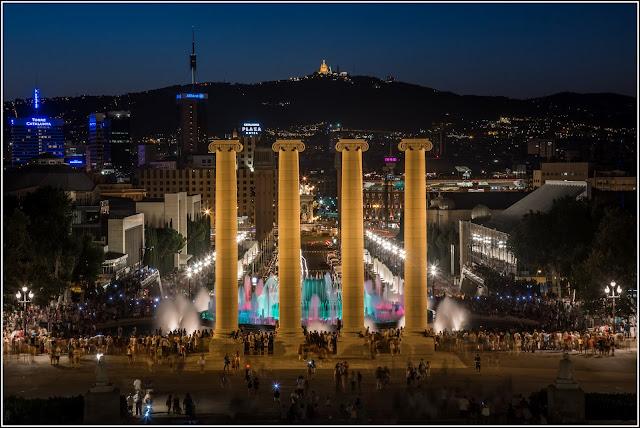 Barcelona, Montjuïc: Fuente Mágica (de Carles Buïgas) y columnas (de Puig i Cadafalch)