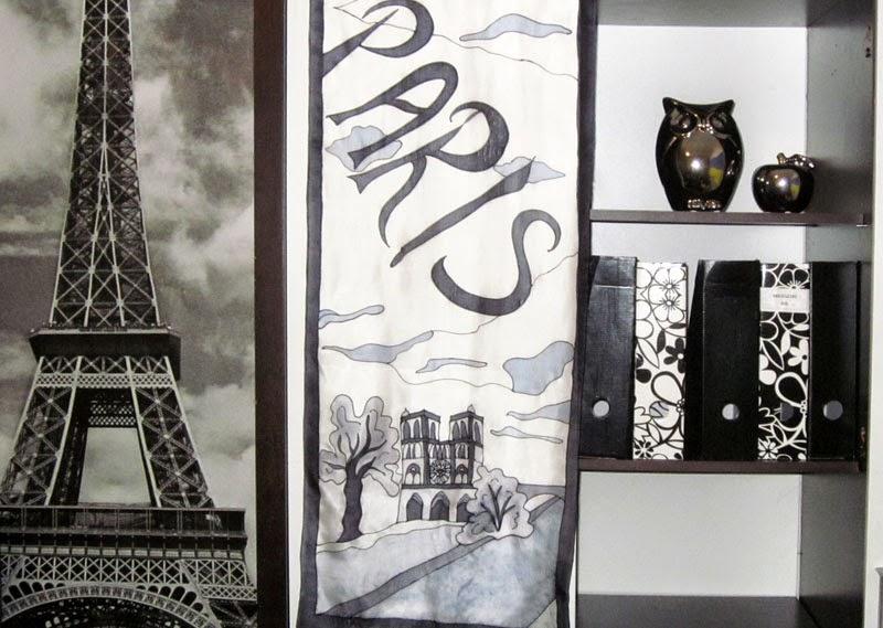 Fekete-fehér designhoz illeszkedő Párizs selyemsál fentről lelógatva