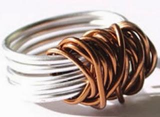 http://www.manualidadeson.com/anillo-hecho-con-alambre.html
