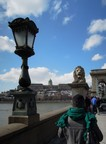 Pohled na prezidentský palác v Budapešti z mostu Szechenyi Lanc