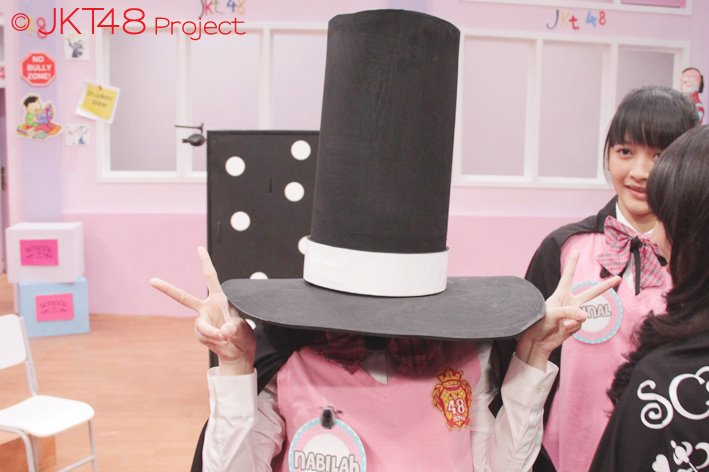 Nabilah JKT48 tertutup topi sulap