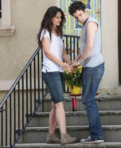 تبعات الزواج من شخص يعاني من الهوس الاكتئابي,امرأة رجل مريض تمسك يده