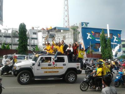 iring iringan konvoi melintas di jalan kota Banjarmasin