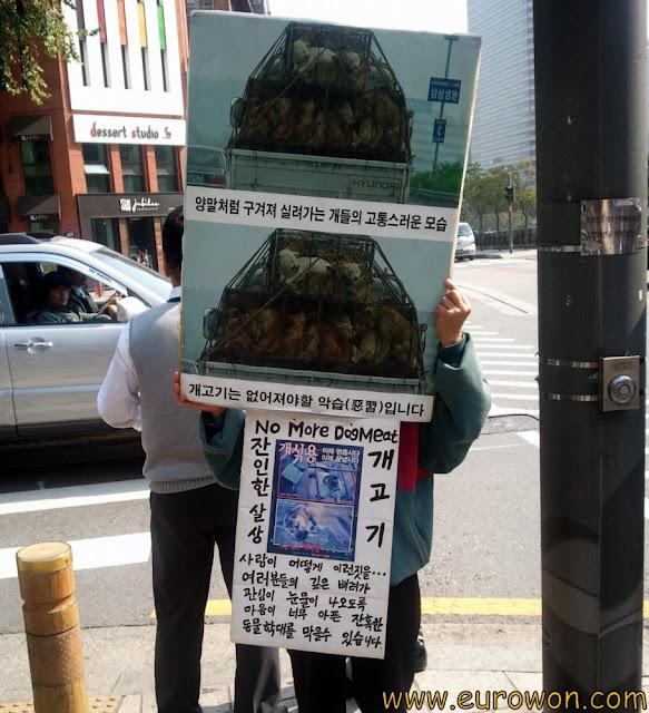 Persona protestando contra el consumo de carne de perro, en Seúl