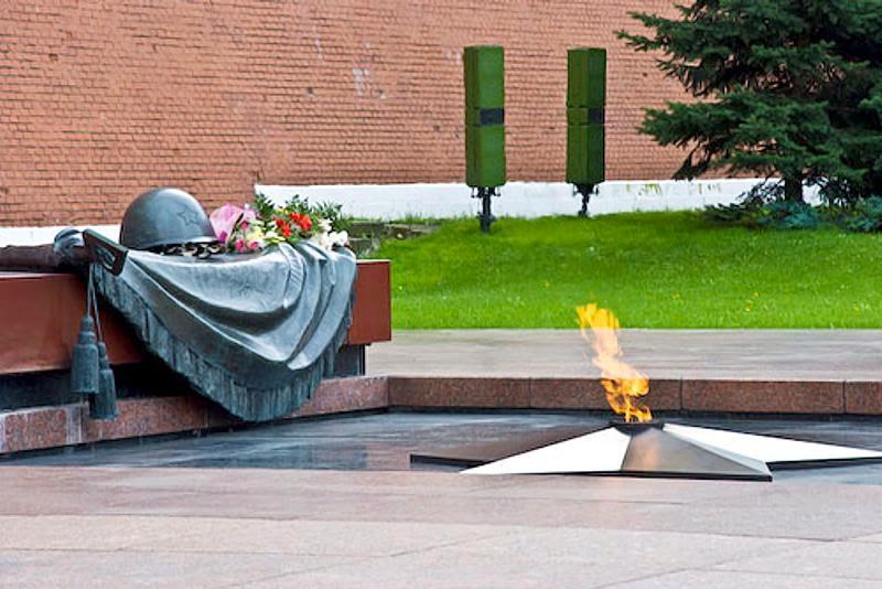 Не пускать в Москву послов стран, лидеры которых отказались приехать на торжества 9 Мая!