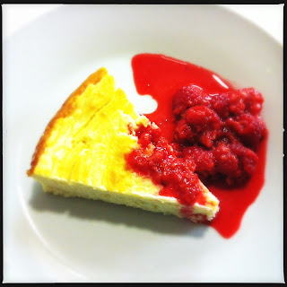 Baked cheesecake with raspberry compote