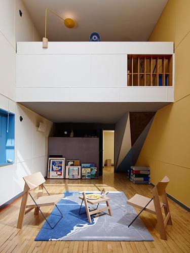 Apartment No. 50 in Marseille von Schweizer ECAL Designstudenten neu gestaltet - das Wohnzimmer minimalistisch im Design