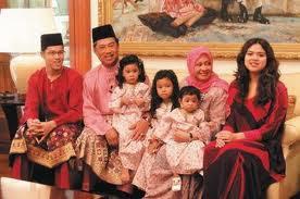 Gambar Najwa Mahiaddin Bersama Keluarga